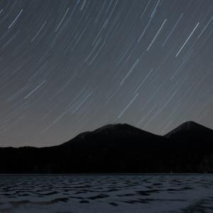 凍りつくオンネトー湖で星景写真