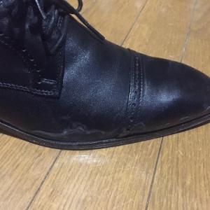 雨で白いシミができてしまった靴