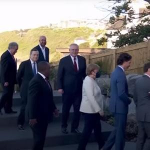 G7サミット閉幕、素晴らしい景観のコーンウォールと一人ぼっちのスガ