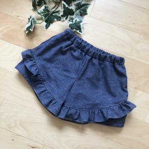 enanna「90~130センチサイズの子ども服」よりフリルショートパンツ