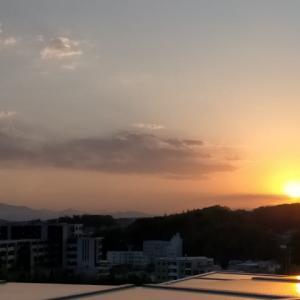 春の快晴の夕陽