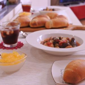 試作中のパンと我が家の鳥ちゃん(•ө•)