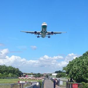 台北松山空港『飛機巷』頭上スレスレの超至近距離で飛行機が見られます!