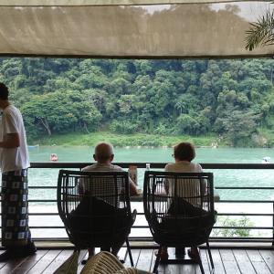 台北 新店碧潭(びたん) 川岸のカフェでのんびり、吊り橋を渡り、和美山で深呼吸