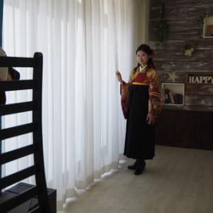 卒業式記念撮影・辻が花の着物に黒色の袴