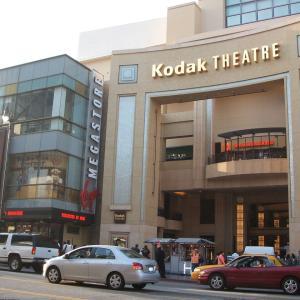 映画の街ハリウッド (Hollywood) の「グローマンズ・チャイニーズ・シアター」(Grauman's Chinese Theatre) と「コダック・シアター」(Kodak Theatre)