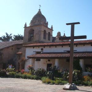 もっとも美しいミッションと呼ばれる「カーメル・ミッション・バジリカ」(Carmel Mission Basilica)