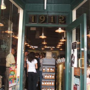 【Starbucks 1号店のあるシアトル観光の1番人気スポット】バイク・プレイス・マーケット (Pike Place Market)
