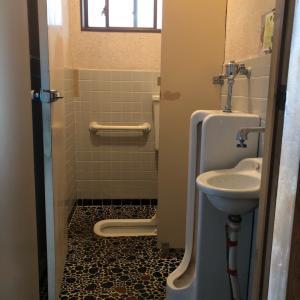 今日からトイレのリフォームが始まります。 和式トイレから洋式トイレに 和便から洋便に