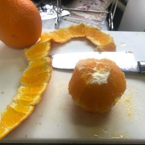 ご飯食べて、オレンジ食べて!  オレンジ剥くの難しいよ!