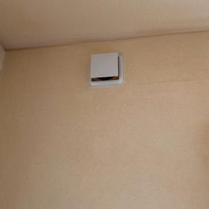 石川県小松市 新築時についていた換気口から換気扇に取替え 点検口を作って電源工事 設備の入替