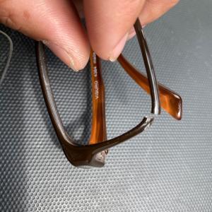 眼鏡のフレームが割れた。