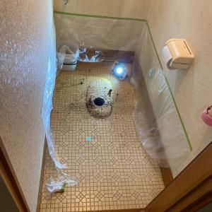 石川県加賀市トイレのリフォーム 便器を一度撤去して床の張替え、クッションフロアを貼り、再設置。