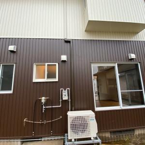 石川県小松市 エアコン6台(3+3)の取付 外観バッチリ壁に合わせてダクトカバーを素敵に設置