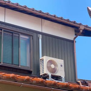 日曜日のエアコン取替、真夏の屋根置きエアコン取替はかなりキツイのです。