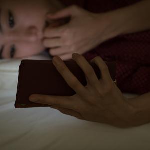 寝る直前のスマホは何で良くないの?【理由2つ】