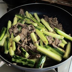 きゅうりと牛コマのピリ辛炒め、初夏にふさわしい