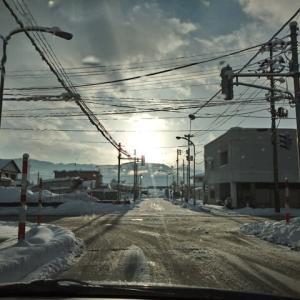 日が昇る仕事始めの凍結路