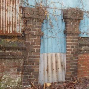 【荒川区東尾久その1】煉瓦塀2か所、軒先のカラミ煉瓦、古い牛乳箱!
