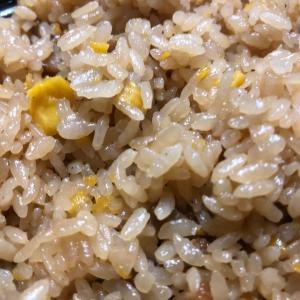 鉄板炒めの炒飯(ウスターソースをかけると…)