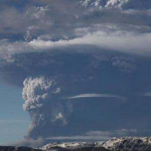 メキシコのポポカテペトル山噴火