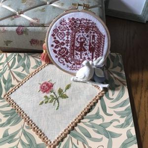 一日体験教室のお知らせと、完成したクリスマスの刺繍2つとバラのハーダンガードイリー