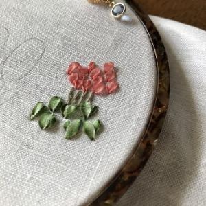年明けの刺繍始めはリボン刺繍とハーダンガー試作になりました