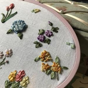 リボン刺繍の花々