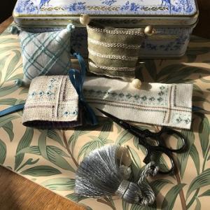ラメ糸のニードルブックとピンクッション