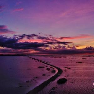 「最も美しい水上の道」で水と空が同じ色に染まる絶景