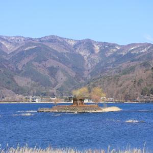 湖面に浮かぶ六角堂