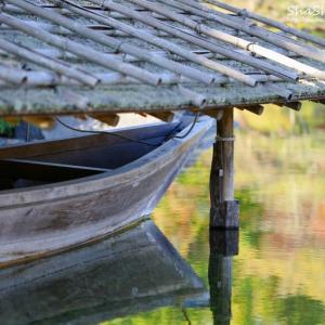 池面に映る小舟