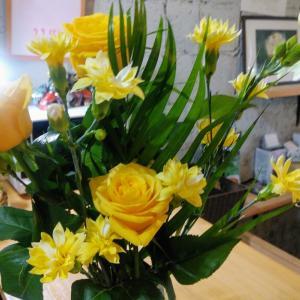カウンターの花を取り替えました。