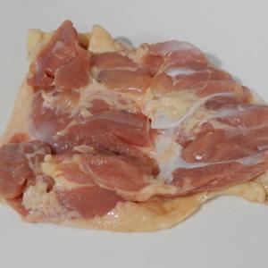唐揚げにもフライドチキンにも使える。鶏モモ肉の食感を楽しむ捌きかた。