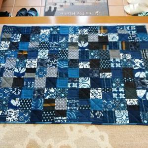 ようやく藍染と絣のマットが完成しました!