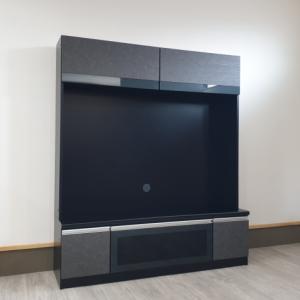 人気のあるスモークガラスと大理石模様に木目加工を施した化粧板の組み合わせが落ち着きを感じさせる壁面収納テレビボードを入荷しました