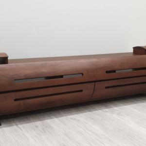 円柱をモチーフにしたデザイン前板が大きなアール加工 スリット仕上げで扉を閉めたままでもリモコン操作可能です 天然木ウォールナット/アルダー材使用の日本製・国産のテレビボード ナチュラルなレッドオーク材も制作できます 120cm150cm180cm突板・無垢材使用・エコ仕様仕上げ組み合わせを入荷・写真撮影しました