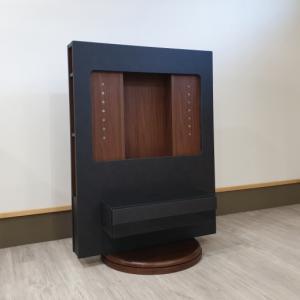 本体より横幅が大きいサイズのテレビも設置可能 左右60度の角度調整ができて設置しやすいテレビボードを入荷しました