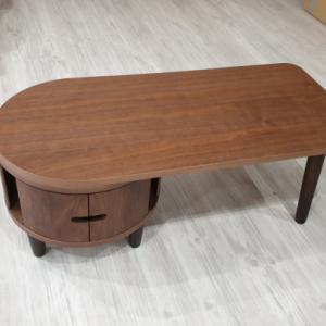 円柱をモチーフにしたデザイン 前板が大きなアール加工 天然木ウォールナット/アルダー材使用の日本製・国産のセンターテーブルを入荷・検品・写真撮影しました