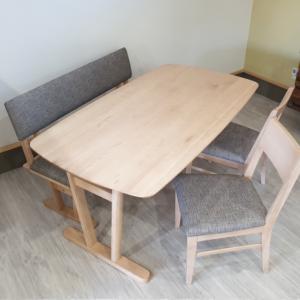 やわらかですっきりしたフォルムが特徴的な天然木メイプル無垢材使用国産のダイニングテーブルセットを入荷・検品・写真撮影しました