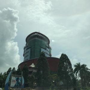 ボルネオ島の我が町にマレーシア海軍の船がやってきた。マレーシアの国が抱える問題