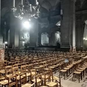 パリの夜の教会....
