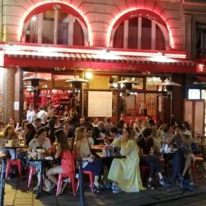 なかなかお密なパリのカフェ模様