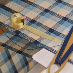 藍と山桜の格子柄2枚目織り始める