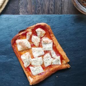 食パンと水で誰でも簡単に作れるクリスピーピザ生地のマルゲリータ