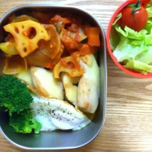 チキンチーズソテーと野菜のトマト煮弁当と小鳥ぽんぽん
