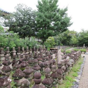 元興寺(奈良市) ②石塔が立ち並ぶ「浮図田(ふとでん)」は絶好のフォトスポット