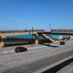 道の駅「神話の里 白うさぎ」(鳥取市) 歩道橋を渡ると広い海原が広がっています