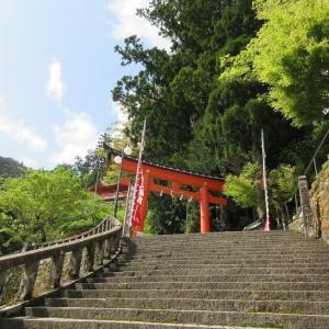 熊野那智大社(和歌山県那智勝浦町) ①長い石段をのぼって熊野神社の御本社に参拝する