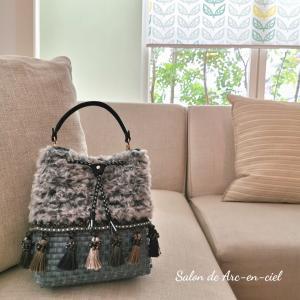 タッセル付きの可愛いバッグ